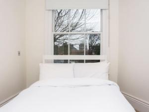 Stunning 3-bed 3-bath in Kensington, Apartmanok  London - big - 20