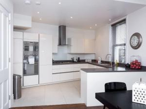 Stunning 3-bed 3-bath in Kensington, Apartmanok  London - big - 21