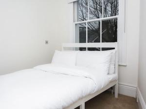 Stunning 3-bed 3-bath in Kensington, Apartmanok  London - big - 22