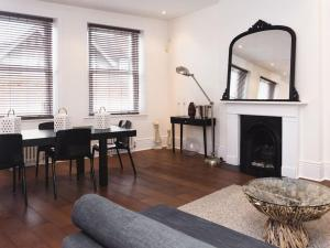 Stunning 3-bed 3-bath in Kensington, Apartmanok  London - big - 25