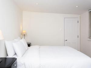 Stunning 3-bed 3-bath in Kensington, Apartmanok  London - big - 29