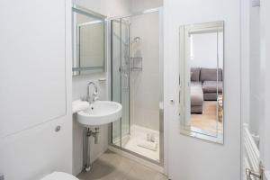 Luxurious Bright 1 bed in Chelsea, Apartmanok  London - big - 2