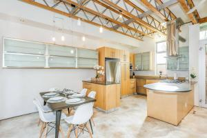 Fabulous 4BR Condo by Abbot Kinney W/Parking, Apartmány  Los Angeles - big - 16