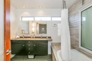 Sophisticated 4BR Home near Venice Beach w Parking, Apartmanok  Los Angeles - big - 26
