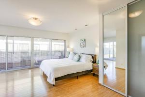 Sophisticated 4BR Home near Venice Beach w Parking, Apartmány  Los Angeles - big - 18