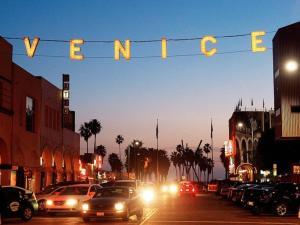 Sophisticated 4BR Home near Venice Beach w Parking, Apartmány  Los Angeles - big - 13