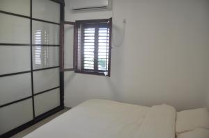 A Picture of 5 Rooms Apartment Near The Beach In Reshon
