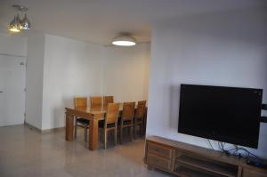 Una foto de 5 Rooms Apartment Near The Beach In Reshon