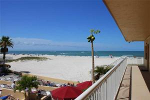 #223 At Surf Song Resort, Apartments  St Pete Beach - big - 1