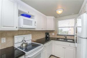 #222 At Surf Song Resort, Apartments  St Pete Beach - big - 1