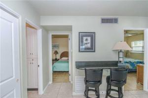 #222 At Surf Song Resort, Apartments  St Pete Beach - big - 23