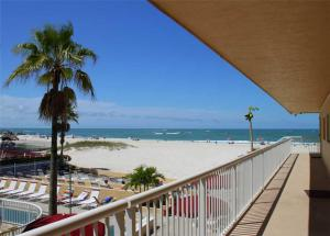 #224 At Surf Song Resort, Apartments  St Pete Beach - big - 1