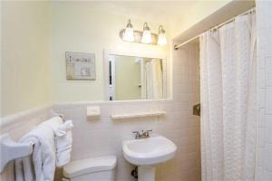 #119 At Surf Song Resort, Apartments  St Pete Beach - big - 14