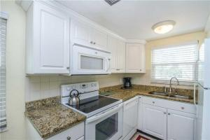 #121 At Surf Song Resort, Apartments  St Pete Beach - big - 1