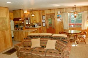 23 Arnett's Cabin, Holiday homes  Wawona - big - 17