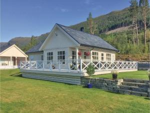 Four Bedroom Holiday Home in Eidsvag