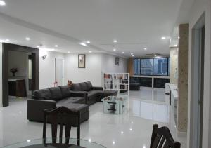 Luxury 3 Bedroom Posh Sukhumvit Apartment
