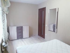 Уютная квартира, Apartmány  Rivne - big - 2