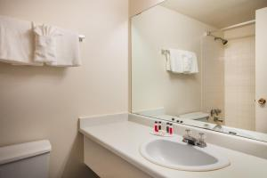 Howard Johnson Hotel - Victoria, Отели  Виктория - big - 19