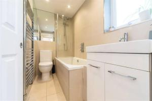 2 Bedroom Apartment Sleeps 3 in Battersea, Apartmány  Londýn - big - 2