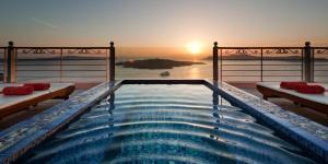 Nefeles Luxury Suites(Fira)