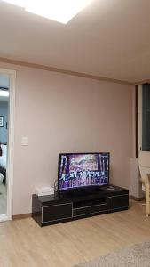 Feel Home Apt 3min walk from subway, Apartments  Seoul - big - 39