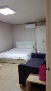 Feel Home Apt 3min walk from subway, Apartments  Seoul - big - 56