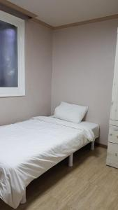 Feel Home Apt 3min walk from subway, Apartments  Seoul - big - 63