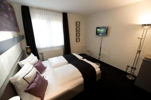 Kuřácký dvoulůžkový pokoj s manželskou postelí