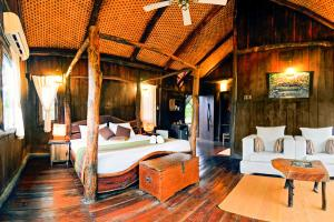 Treehouse with free breakfast in Umaria, by GuestHouser 5135