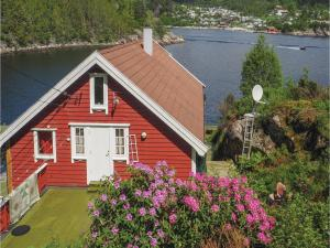 Three Bedroom Holiday Home in Hervik