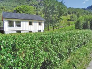 Three Bedroom Holiday Home in Dirdal