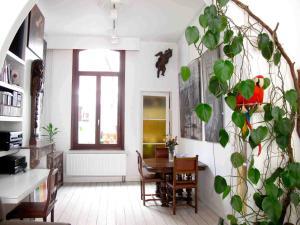 Corner Art House