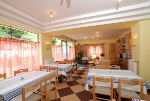 Landhaus Alpenrose - Feriendomizile Pichler, Guest houses  Heiligenblut - big - 20