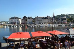 La Chambre du Marin, Bed & Breakfast  Honfleur - big - 28