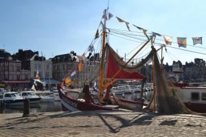 La Chambre du Marin, Bed & Breakfast  Honfleur - big - 17
