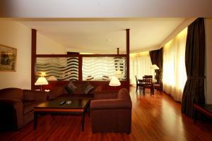 Suite mit Kingsize-Bett und seitlichem Meerblick - Raucher