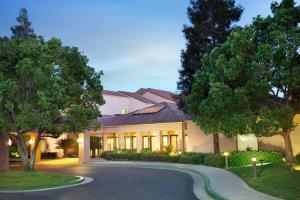 Nearby hotel : Courtyard by Marriott Bakersfield