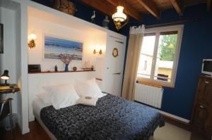 Les Petits Gallais, Отели типа «постель и завтрак»  Saint-Carreuc - big - 25