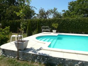 Swimming pool B&B Les Bellesvues, Gites & Chalet