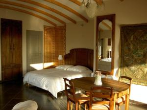 La Maison Du Coteau, Bed & Breakfast  Cachan - big - 8