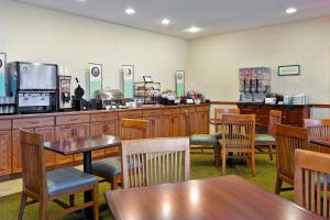 Country Inn & Suites by Radisson, Peoria North, IL, Hotels  Peoria - big - 24