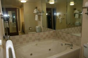 Baymont Inn & Suites - Clarksville, Hotels  Clarksville - big - 5