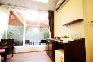 Feung Nakorn Balcony Rooms and Cafe, Отели  Бангкок - big - 25