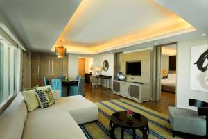 Deluxe King Suite with Executive Lounge Access