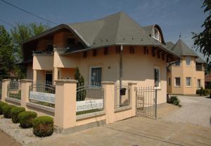 Castelinho Apartmanház, Ferienwohnungen  Gyenesdiás - big - 15