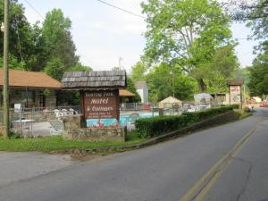 Roaring Fork Motel and Cottage..