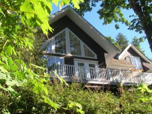 Away at the Lake - Accommodation - Lake Cowichan