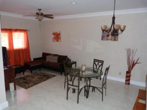 obrázek - Two-Bedroom Townhouse near Coral Harbour Beach