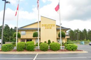 Book Now Deluxe Inn - Fayetteville (Fayetteville, United States). Rooms Available for all budgets. This Fayetteville North Carolina motel features a microwave and free WiFi in every room. Guests will be located off Interstate 95 Exit 49 and 25.6 km from Fort Bragg United St